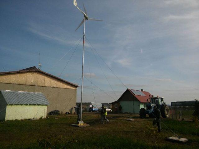Turbina eoliana si panouri fotovoltaice